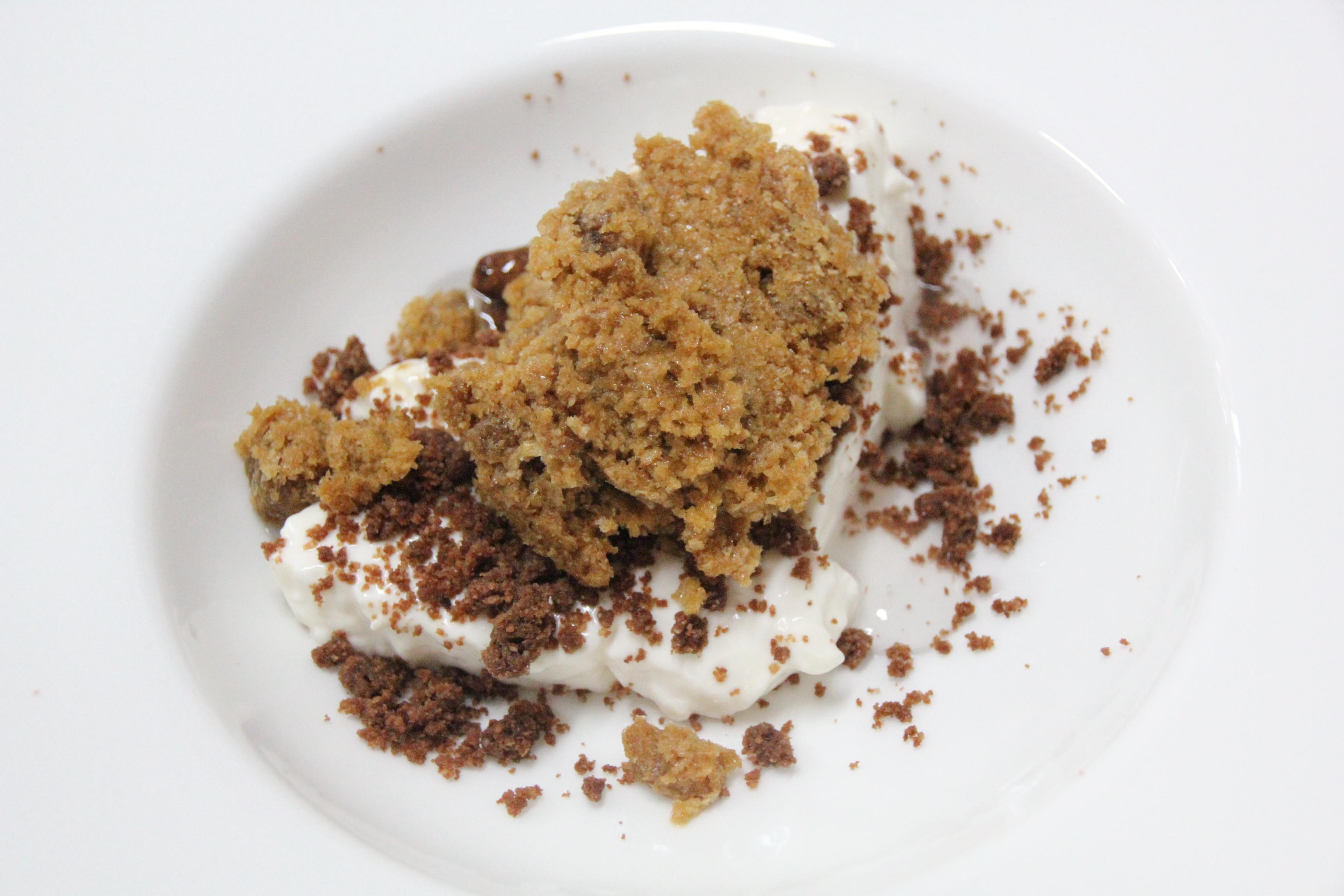 Mousse al cioccolato bianco con croccante alle mandorle